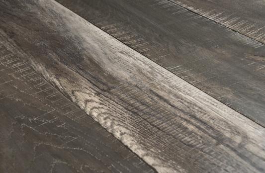 A REFENDINO - Gli elementi conservano i segni della prima lavorazione mostrando le tracce del taglio. La superficie risulta vagamente ruvida ma raffinata, un omaggio al rustico di classe.