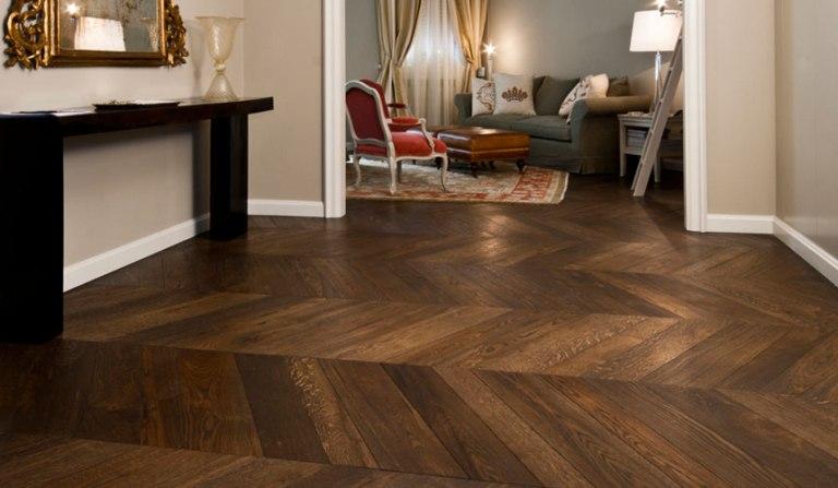 ANDERSON - pavimento a spina francese irregolare, posa continua. Rovere, superficie spazzolata, finitura bruno Londra a olio e cera.