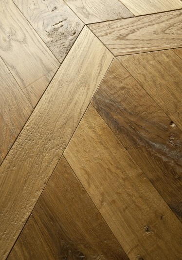 RASIERATA - Battuta a filo di pialla o di refendino e successivamente raschiata a ferro, mostra un aspetto approssimativamente rifinito, Rasierata rievocando i vecchi assiti di legno.