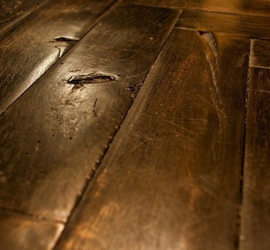SBOTTATA - Consunzione manuale e irregolare sul bordo degli elementi, ricorda la classica deformazione dei vecchi pavimenti chiodati su cantinelle.