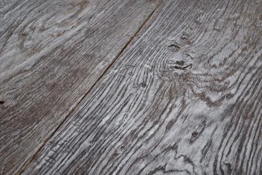 SOFFERTA - Particolare piallatura a mano con spazzolatura forte. Il trattamento riprende la tipica superficie del legno invecchiato all'aperto.
