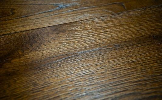 SPAZZOLATA - Una spazzola metallica asporta la pasta tenera del legno mettendone in evidenza la tipica venatura e donando, a seconda dell'intensità, una vellutata o aspra matericità alla superficie.